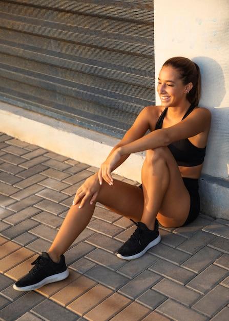 Сидящая женщина смайлик полный выстрел Бесплатные Фотографии