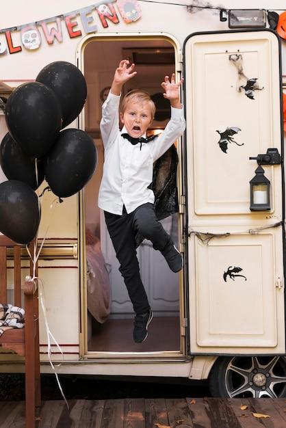 Жуткий ребенок в полный рост в караване Бесплатные Фотографии