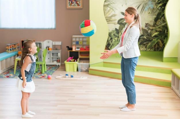 Учитель и девочка, играющая с мячом Бесплатные Фотографии