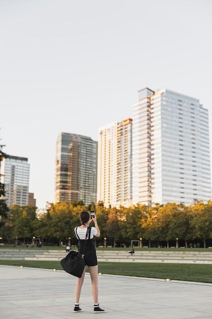 Полный снимок путешественник фотографировать на открытом воздухе Бесплатные Фотографии