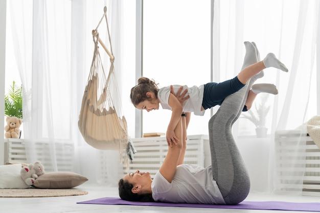 풀 샷 여자와 아이 훈련 무료 사진