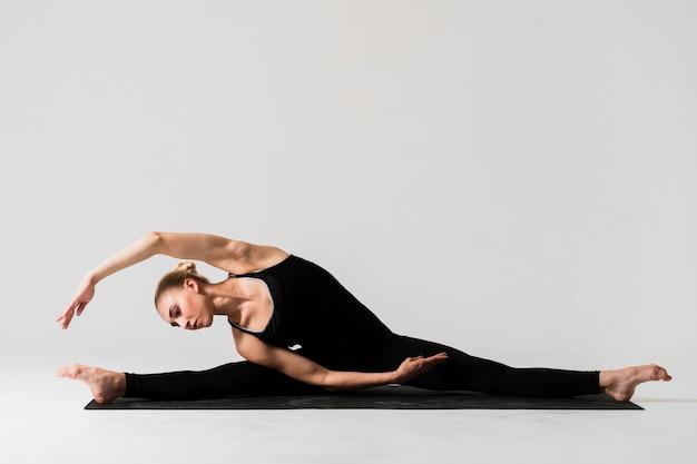 Full shot woman ballerina posture Free Photo