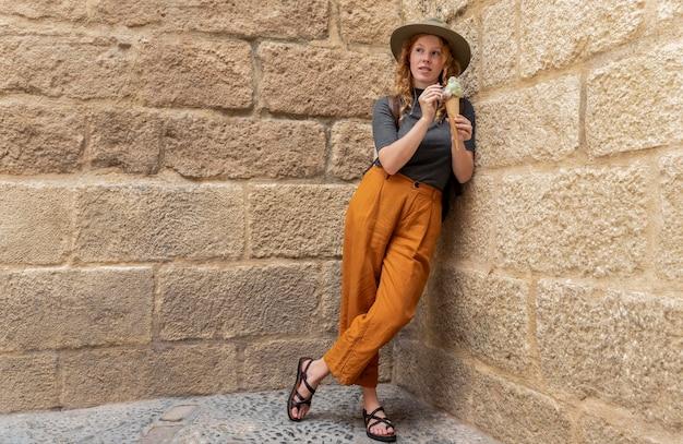 Полный выстрел женщина, держащая рожок мороженого Бесплатные Фотографии