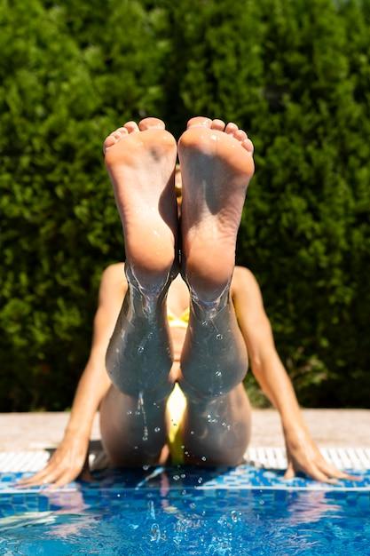 フルショットの女性の足を持ち上げて 無料写真