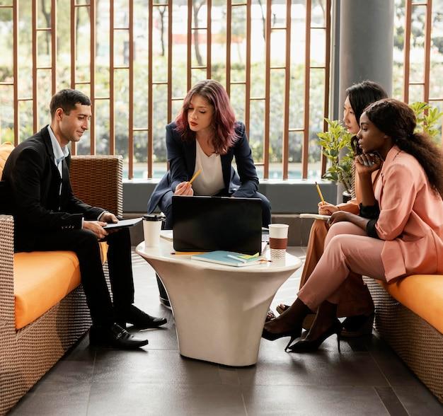 屋内で会議をリードするフルショットの女性 無料写真