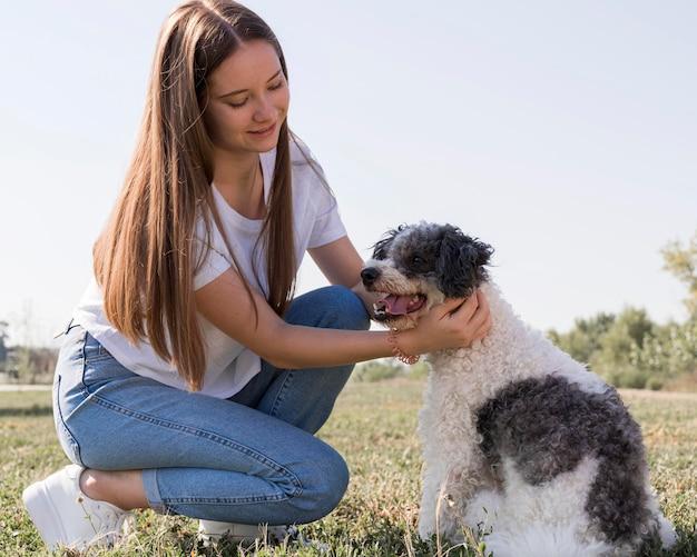 Полная съемка женщина ласки собаки Бесплатные Фотографии