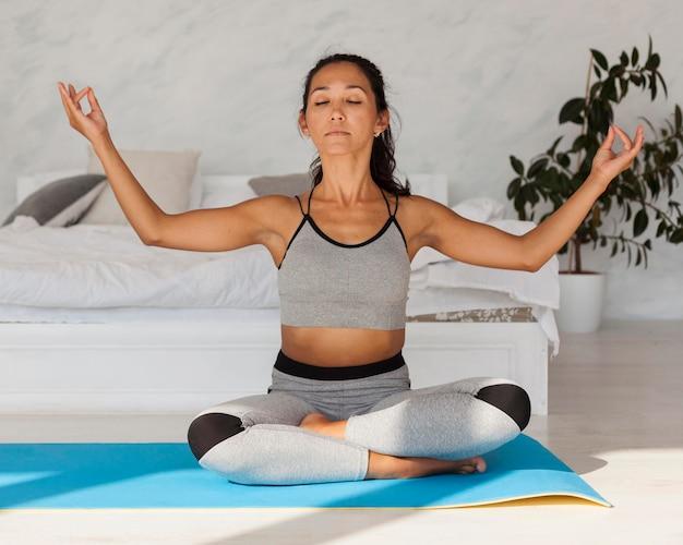 Yoga di pratica della donna del colpo completo Foto Gratuite