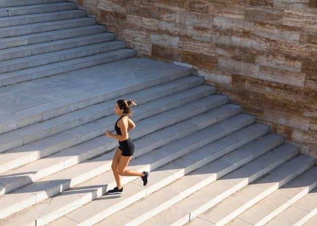 Полный выстрел женщина, бегущая по лестнице Бесплатные Фотографии