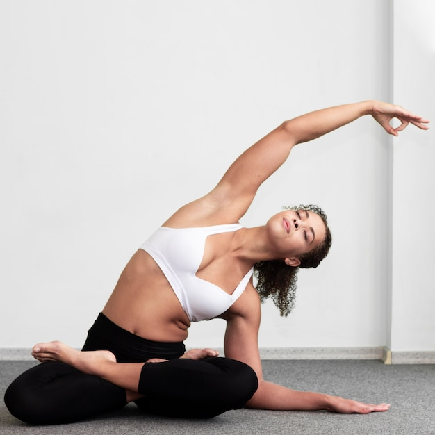 Full shot woman stretching her arm Free Photo