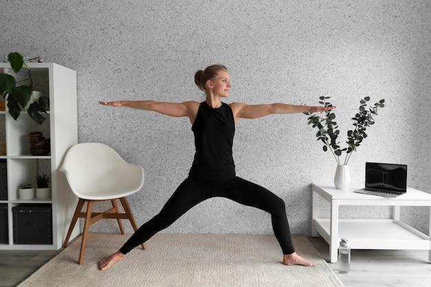 Женщина в полный рост в гостиной Бесплатные Фотографии