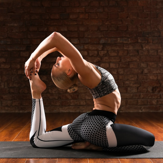 フルショット女性ヨガ特定の姿勢 無料写真