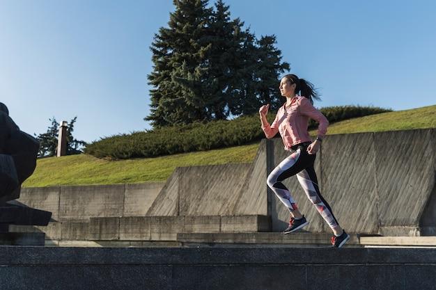 Full shot активная женщина работает на открытом воздухе Бесплатные Фотографии
