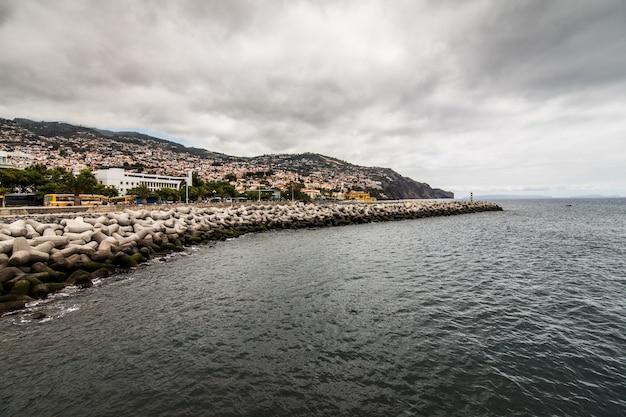 Funchal street, capitale dell'isola di madeira, paesaggio urbano con la strada principale alla soleggiata giornata estiva. concetto di viaggio Foto Gratuite