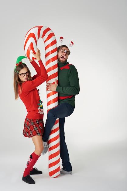キャンディケインと面白いクリスマスカップル 無料写真
