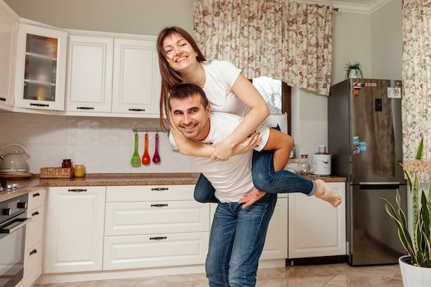 Смешная пара позирует на кухне Бесплатные Фотографии