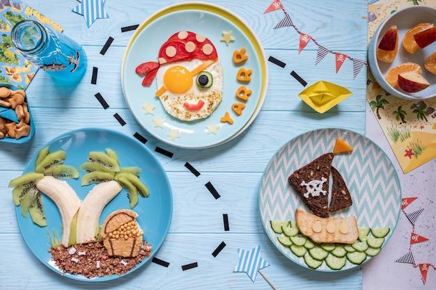 Забавный милый пиратский завтрак для детей мальчиков Premium Фотографии