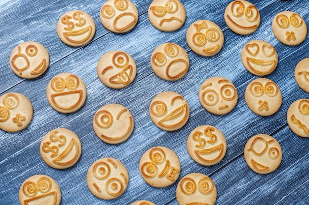 面白いさまざまな感情のクッキー、笑顔と悲しいクッキー 無料写真