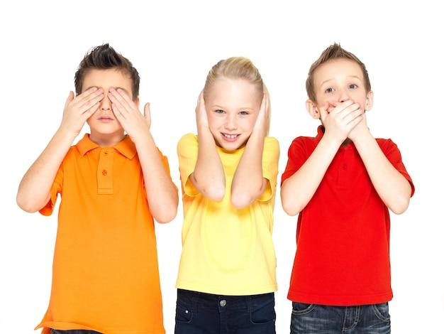 Смешные лица счастливых детей, делающих «ничего не вижу, ничего не слышу, ничего не говори ...», изолированные на белом фоне Бесплатные Фотографии