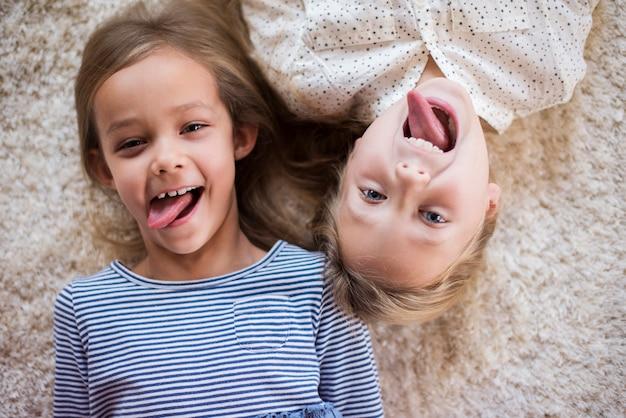Divertente espressione facciale di due ragazze carine Foto Gratuite