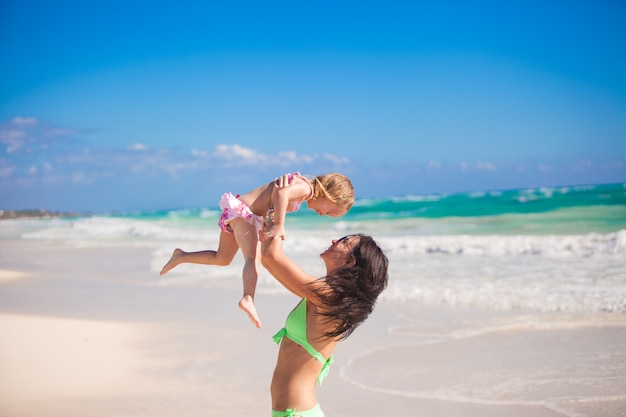 Funny family vacation mom and her daughter Premium Photo