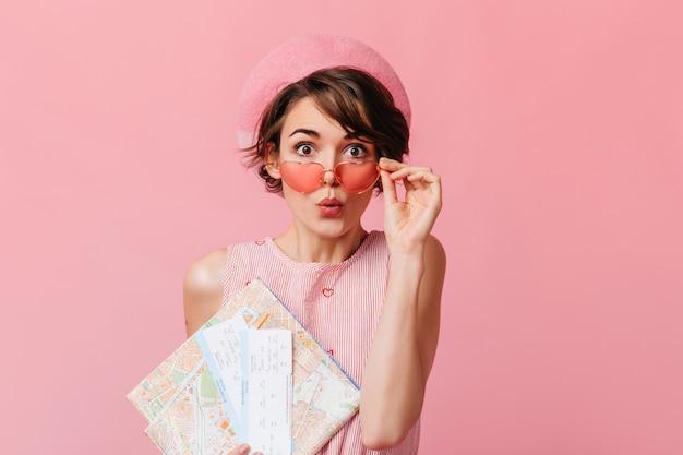 Смешная французская дама ждет путешествия на розовой стене Бесплатные Фотографии
