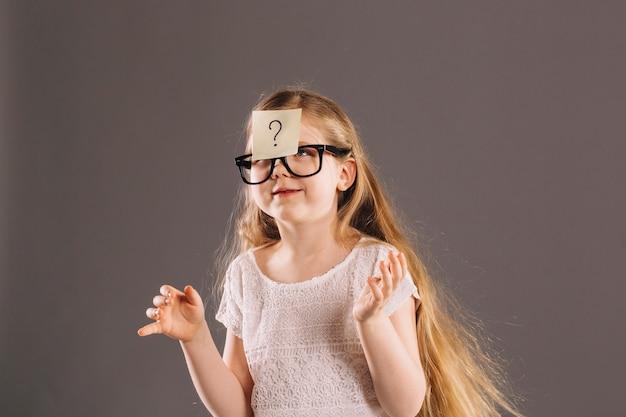 Смешная девушка с липкой запиской Бесплатные Фотографии