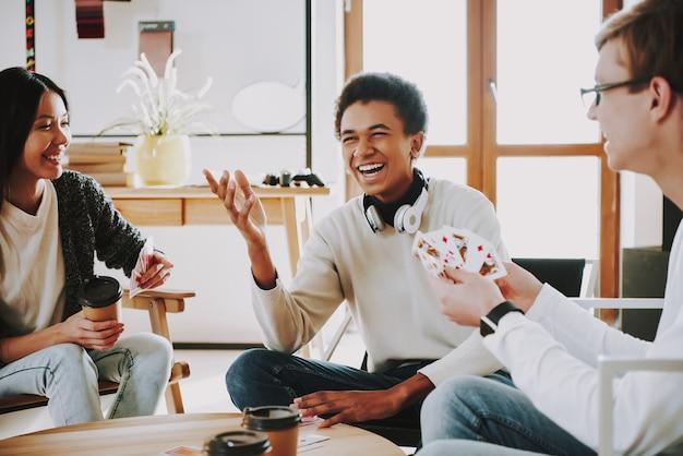 Парни играет карты голденшара интерстар список каналов