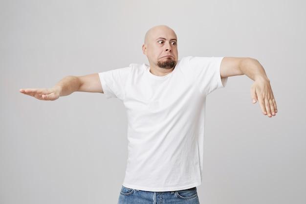 Забавный красивый лысый мужчина танцует счастливым Бесплатные Фотографии