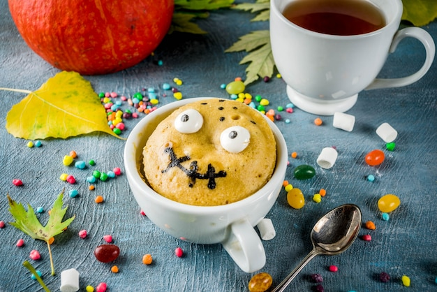 Funny kids mug cake for halloween Premium Photo