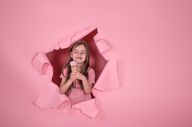 Забавная маленькая девочка с мороженым на цветном фоне Бесплатные Фотографии