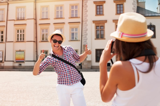 写真のポーズをとる変な男 無料写真