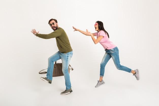 Забавный мужчина убегает от жены с сумкой, женщина бежит за мужем, изолированное понятие Бесплатные Фотографии