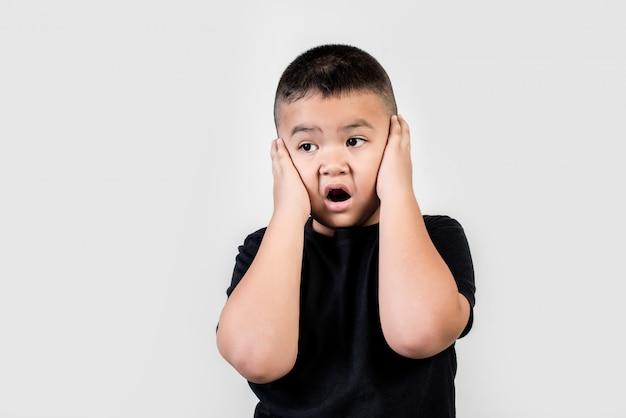 Смешной портрет мальчика студийное фото Бесплатные Фотографии