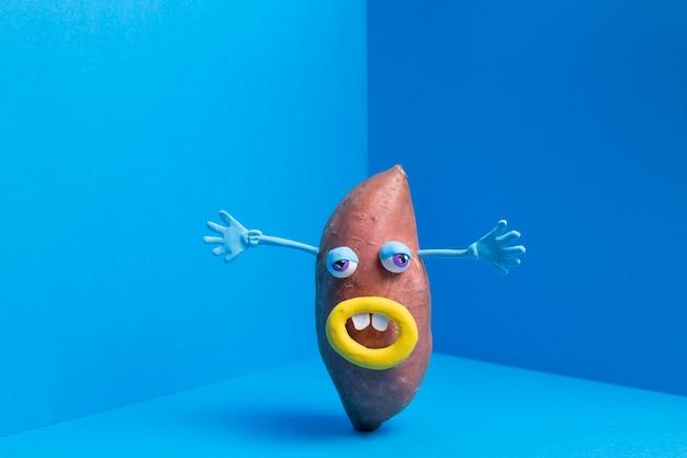 Забавный картофель с милой наклейкой Бесплатные Фотографии