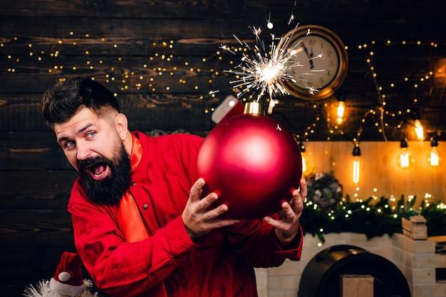 面白いサンタはメリークリスマスと新年あけましておめでとうございます。スパークルブラスト。流行に敏感なサンタクロース。爆弾のテキスト Premium写真
