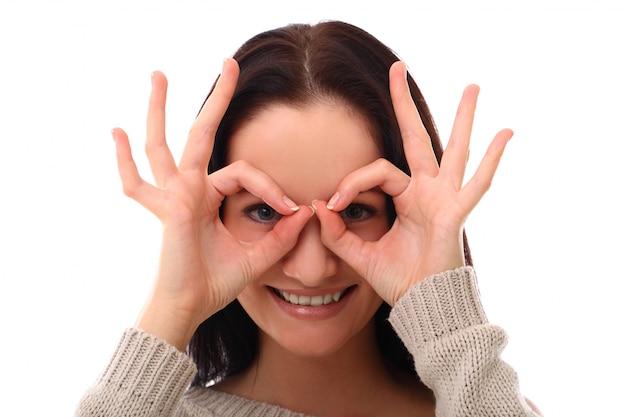 面白い女性が指でメガネを作る 無料写真