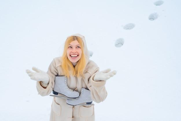 Смешная женщина с катанием на коньках. Premium Фотографии