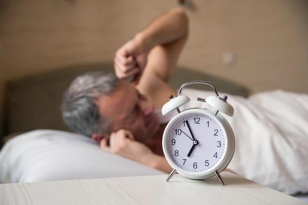 Un uomo furioso riluttante a svegliarsi la mattina. uomo arrabbiato Foto Gratuite