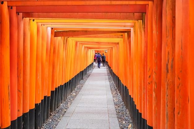 Храм фусими инари-тайша, более 5000 ярких оранжевых ворот тории. это одна из самых популярных святынь в японии. достопримечательности и популярные для туристов достопримечательности в киото. кансай, япония Premium Фотографии