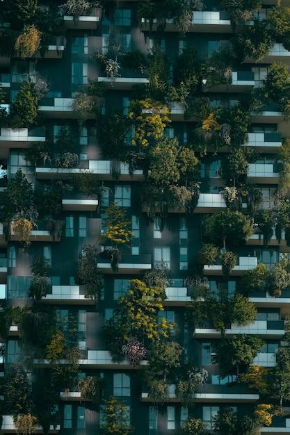 Edificio futuristico con decorazioni naturali sulla facciata Foto Gratuite