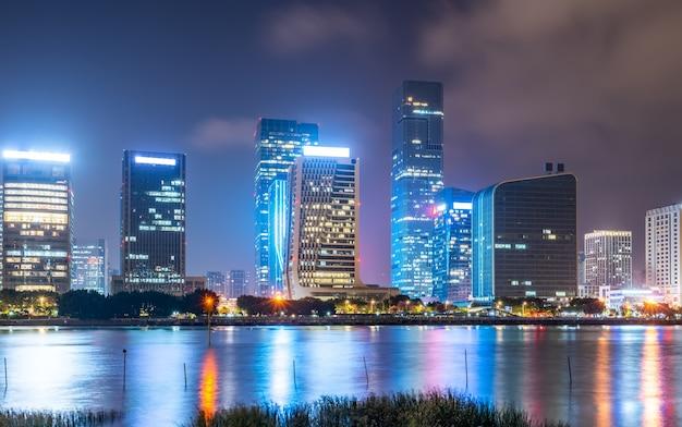 福州市の夜景と川沿いのモダンな建物 Premium写真
