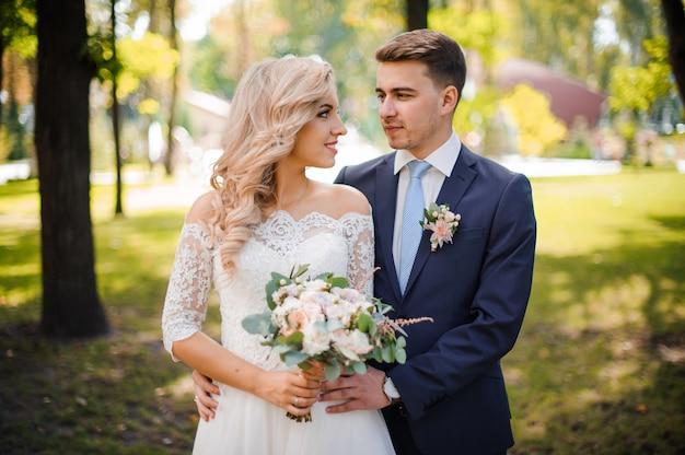 金髪の花嫁を受け入れる花gの肖像画 Premium写真
