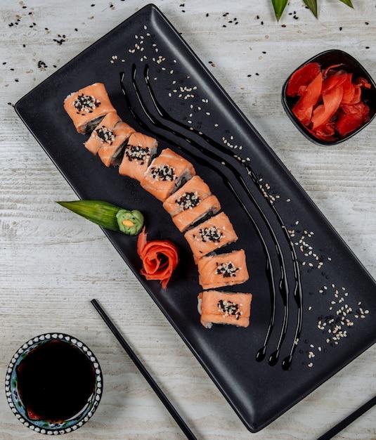 生g、わさび、醤油添えサーモン寿司ロールのトップビュー 無料写真