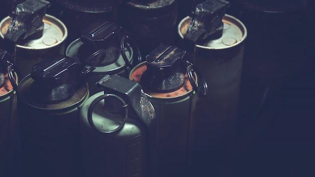暗い背景を持つボックスに古い手g弾。ベトナム戦争の古い軍事機器 Premium写真