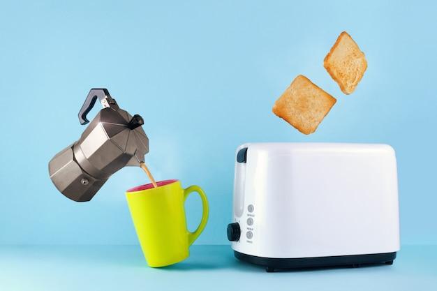 Gaカップの熱い新鮮なコーヒー、コーヒーメーカー、トースターから飛び出るローストトーストパン、 Premium写真