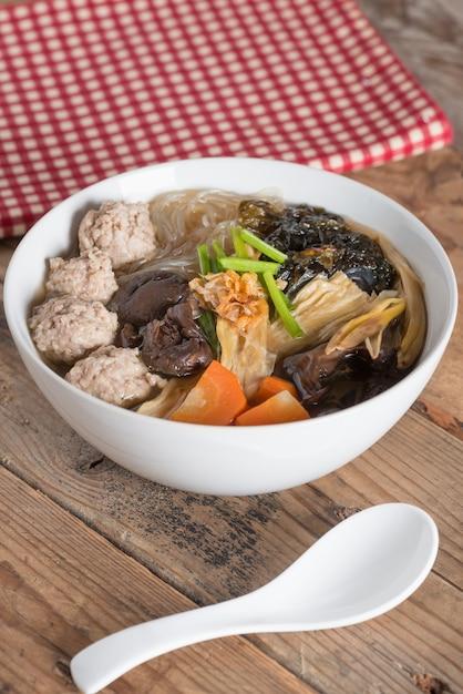 きれいなスープに豆腐と豚肉を混ぜたもの。 (gaeng jued woon sen) Premium写真