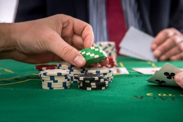 도박 개념 남자 카지노에서 포커를 재생합니다. 위험 또는 승자에게 행운 프리미엄 사진