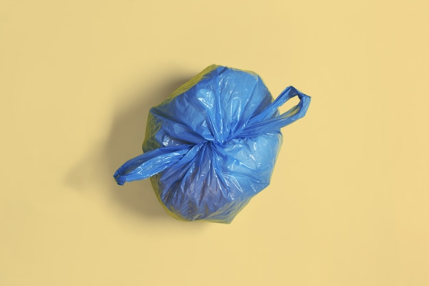 Мешок для мусора, завязанный узлом на мягком цветном фоне Premium Фотографии