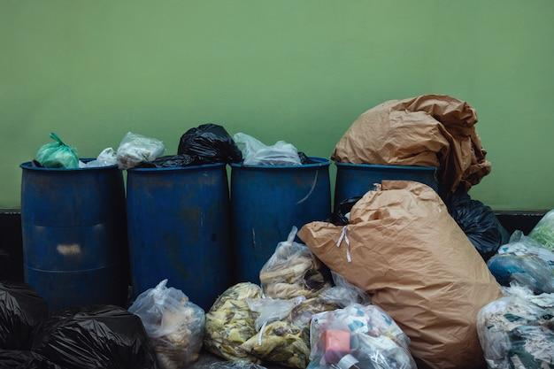 Много garbages и full trash против стены. Premium Фотографии