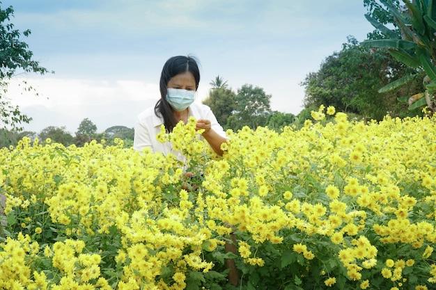 庭師は花畑で害虫や病気をチェックしています Premium写真